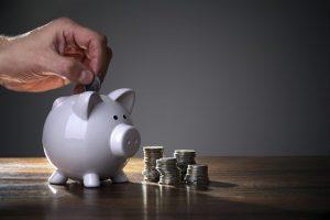 Ahorro de dinero en una alcancía