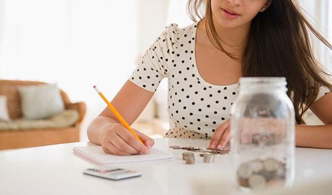 Joven mujer revisas sus finanzas