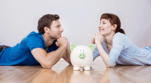 Pareja revisa sus ahorros