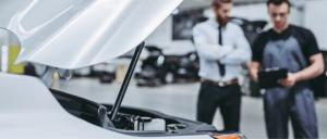 compañía de seguros examina tu vehículo