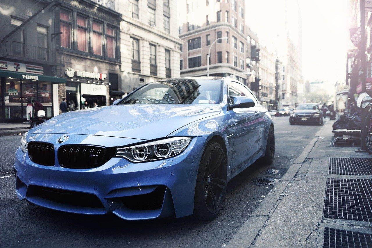 BMW estacionado color azul