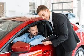 Persona comprando automóvil