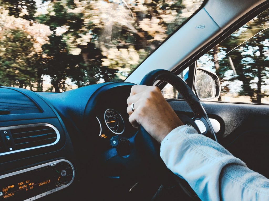 hombre aprendiendo a conducir