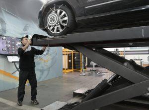 hombre arreglando su auto