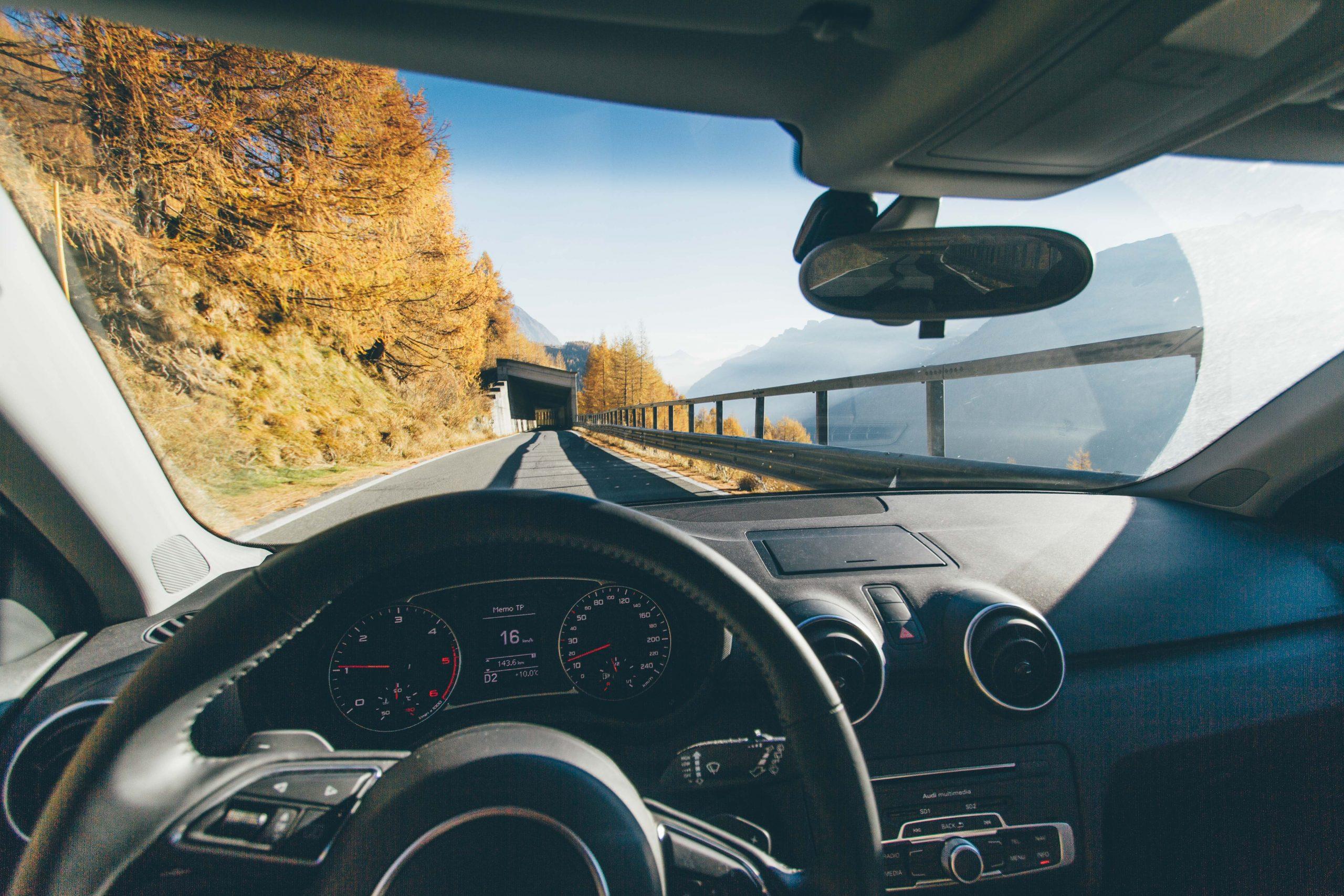 hombre conduciendo en carretera