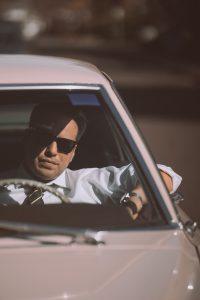Hombre manejando su automóvil