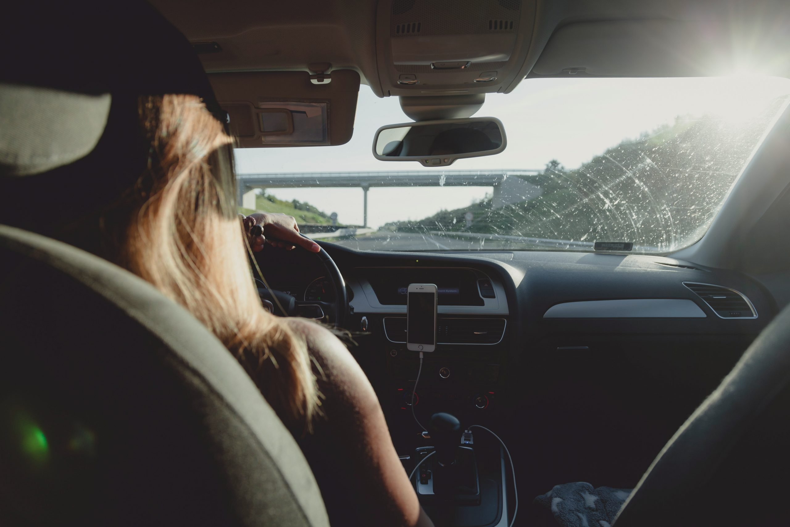 Mujer aprendiendo a conduci
