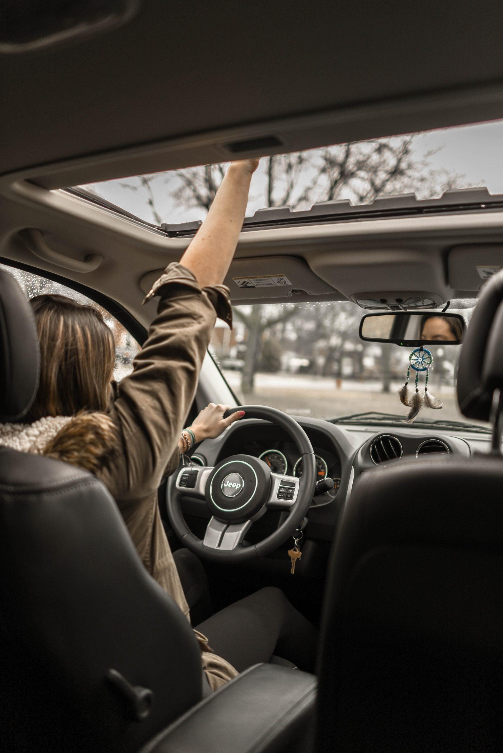 Mujer aprendiendo a conducir