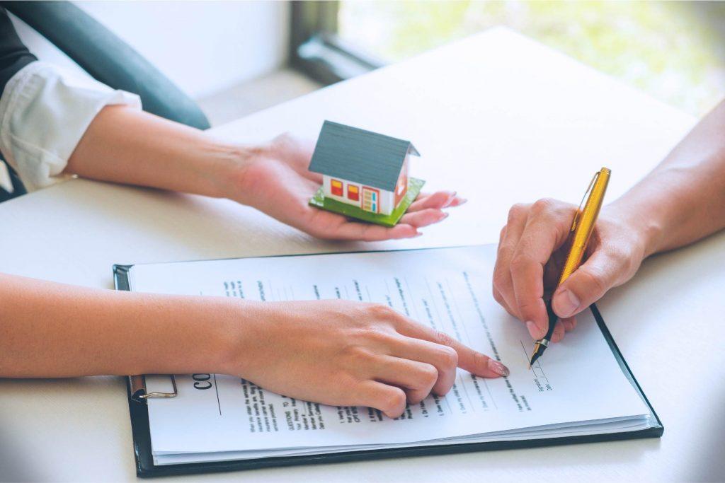 Mujer firmando un crédito hipotecario
