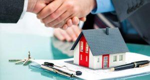 Hombre firmando crédito hipotecario