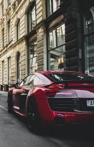 Auto rojo estacionado