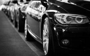 Auto negro estacionado