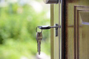 Llaves de casa colgadas en la puerta