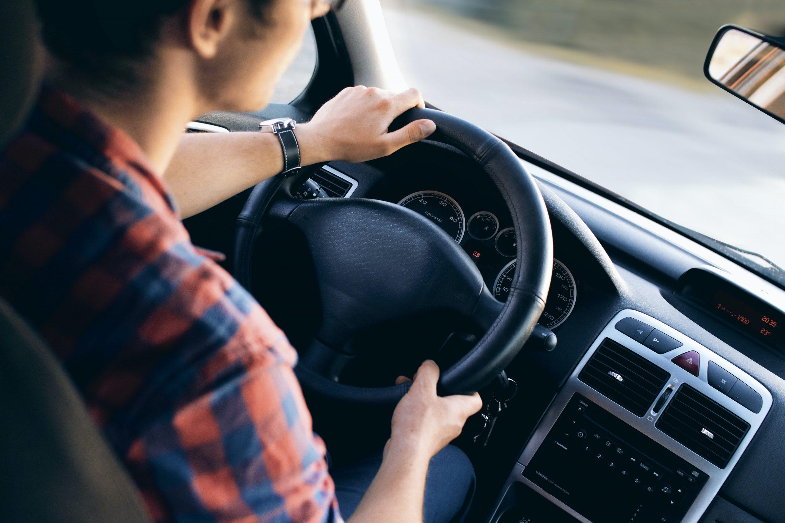 mujer conduciendo su auto