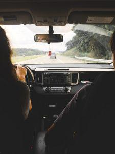 Pareja conduciendo su automóvil