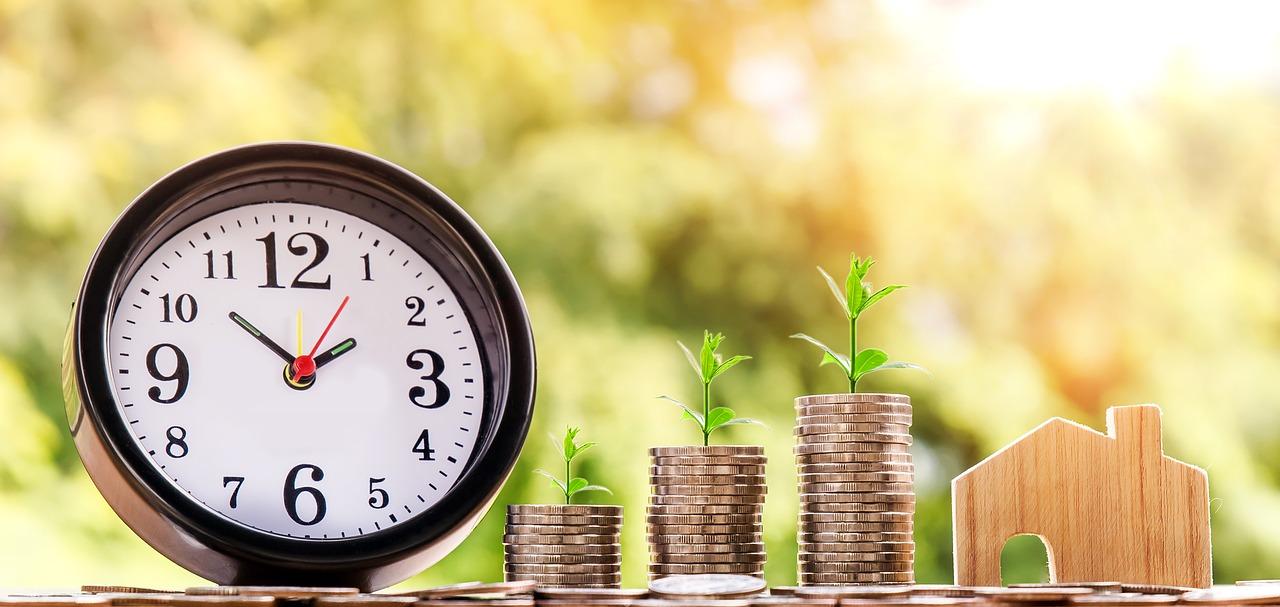 Reloj, dinero ahorrado y una casa