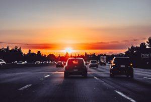 carretera con autos circulando