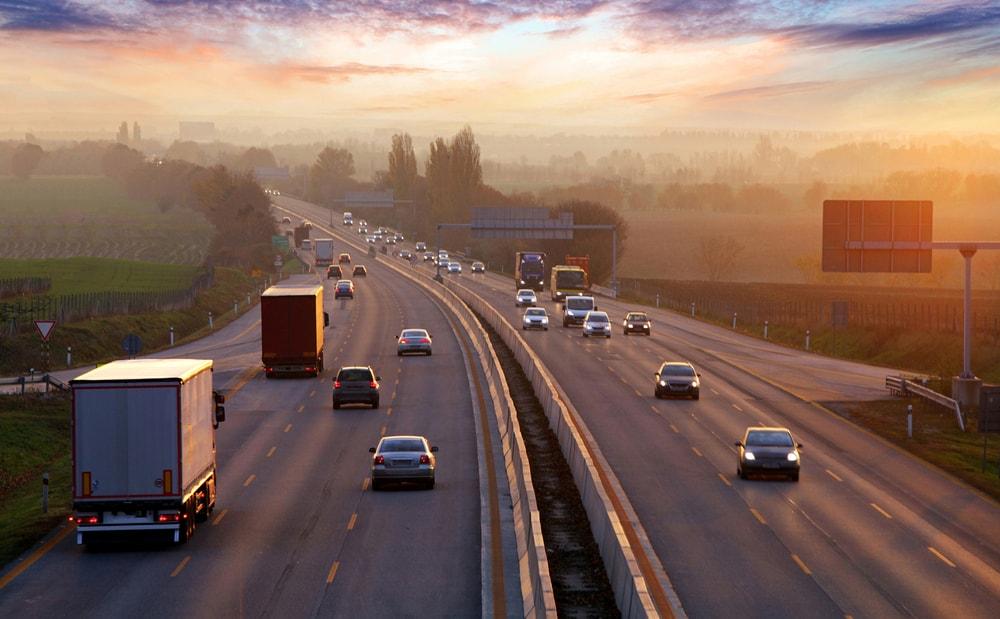carretera con conducción fluida