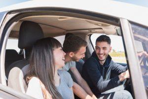 amigos platicando en un auto
