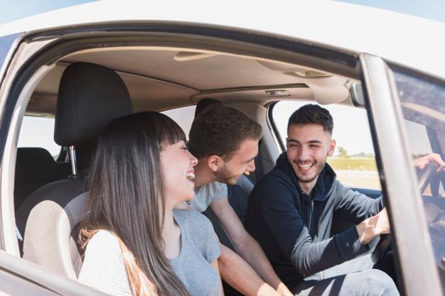 adolescentes platicando en un auto