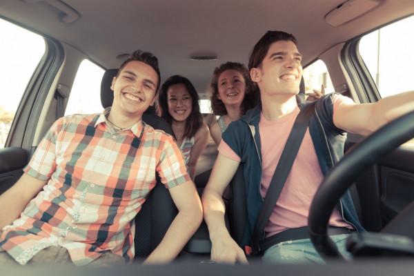 amigos felices en el coche