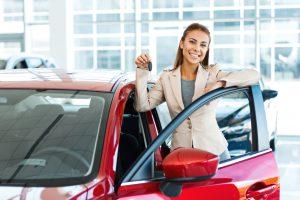mujer con su auto nuevo usado