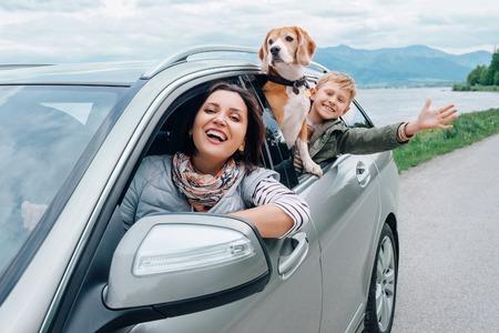 familia feliz en su auto