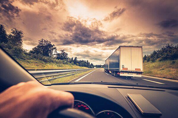 conducción segura a lado de un camión