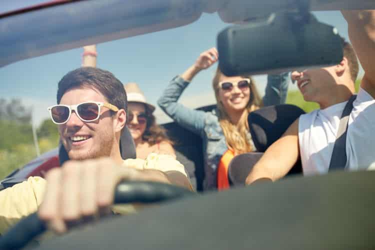 amigos felices en el auto