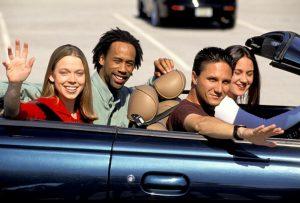 amigos en un coche saludando
