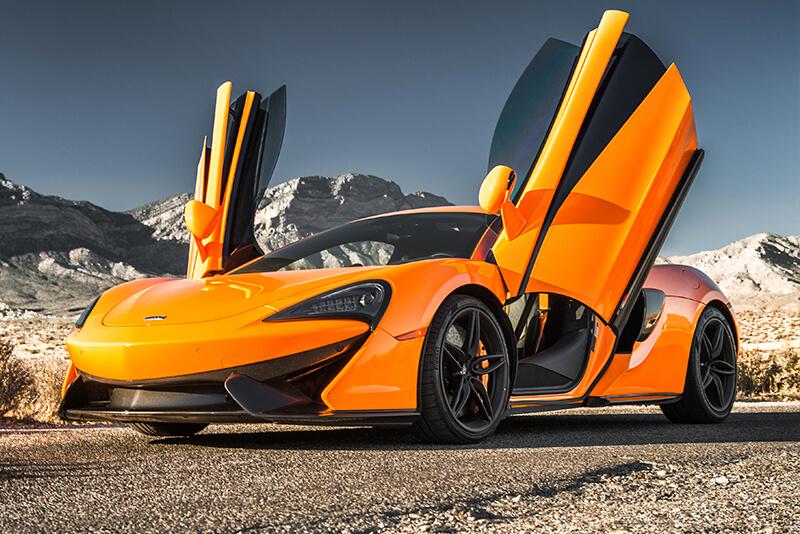 coches deportivos en las montañas